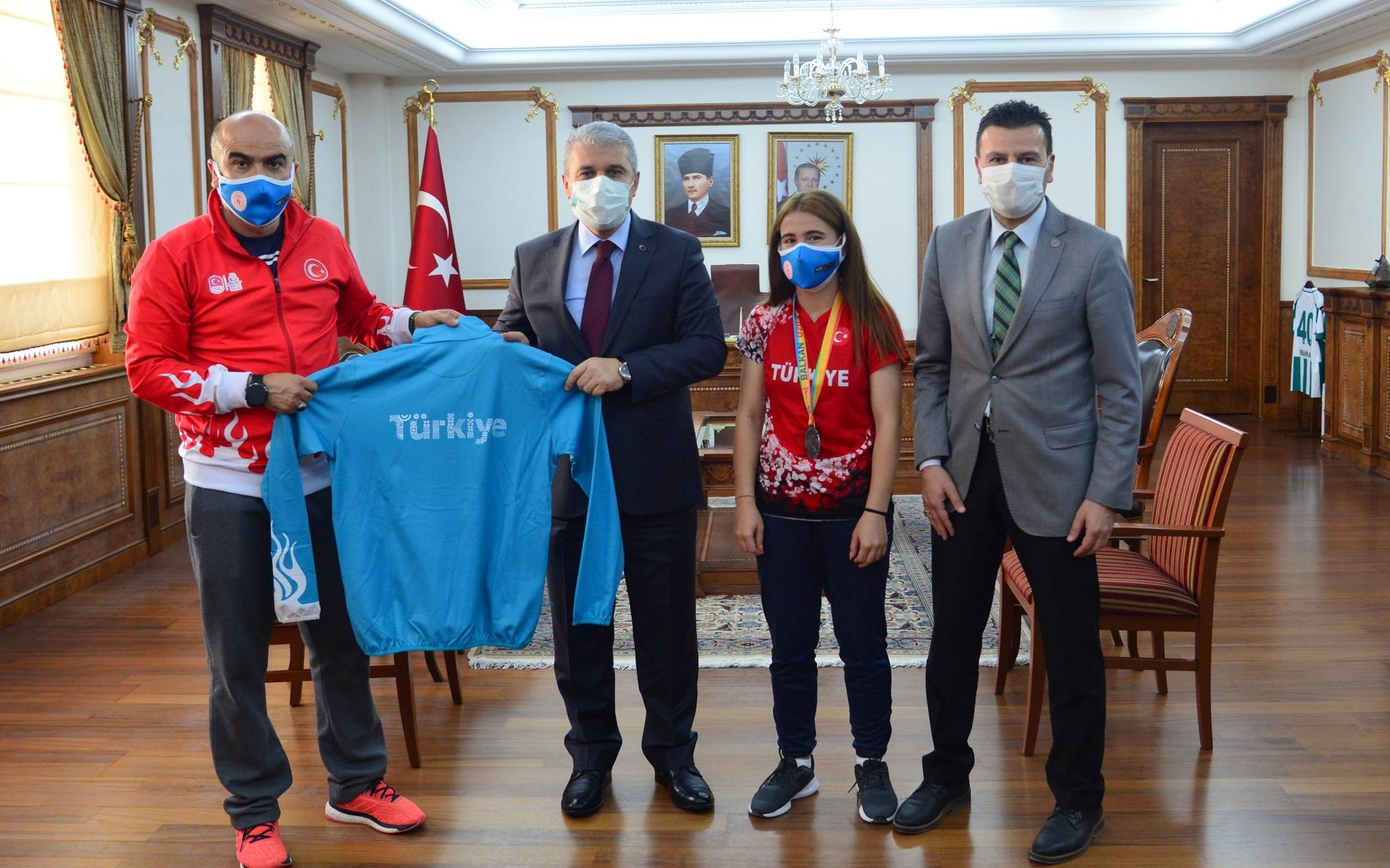 Vali Akın, başarılı sporcuları kutladı